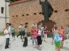 Przed pomnikiem Jana Pawła II przy leżajskiej Bazylice