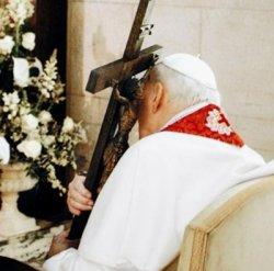 Błogosławiony Jan Paweł II z Krzyżem z Wielkiego Piątku 2005 r.
